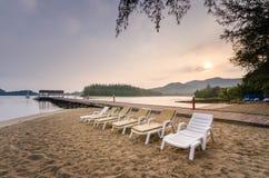 Bancos en la playa Imagenes de archivo