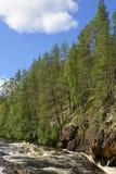 Bancos escarpados del rapid del río en el Karelia finlandés Fotos de archivo