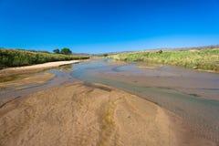 Bancos largos da areia da água do rio baixos Imagem de Stock