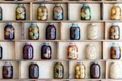 Bancos na prateleira com alimento e conservas alimentares Fotografia de Stock Royalty Free