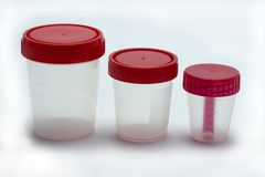 Bancos para el análisis Envases de plástico transparentes para las pruebas, orina fotos de archivo
