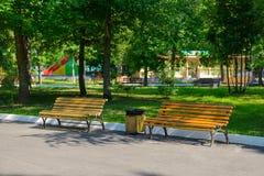 Bancos vacíos en un parque de atracciones Imagen de archivo libre de regalías