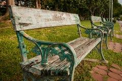Bancos vacíos que se sientan en el parque público Fotografía de archivo libre de regalías