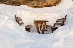 Bancos y tabla en la nieve Imagenes de archivo