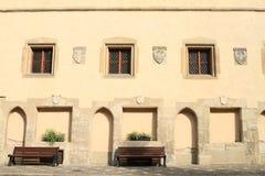 Bancos y ventanas con las crestas en dvůr del ½ del skà del ¡de VlaÅ del castillo fotografía de archivo