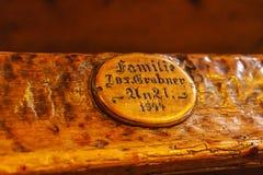 Bancs antiques à l'intérieur de la cathédrale catholique avec u Images libres de droits