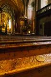 Bancs antiques à l'intérieur de la cathédrale catholique avec u Photo stock