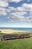 Bancs avec des vues de plage de Ballybunion Image stock