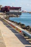 Bancs colorés sur le bord de mer de Pomorie, Bulgarie Photographie stock libre de droits