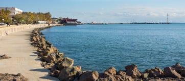 Bancs colorés sur le bord de mer de Pomorie en Bulgarie Image libre de droits