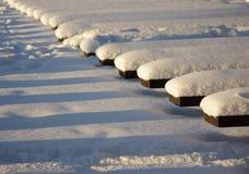 Bancs couverts de neige Photographie stock libre de droits