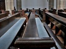 Bancs dans l'église Images stock