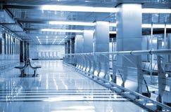Bancs dans le hall de la station de métro photo libre de droits