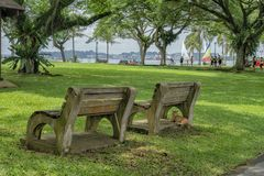 Bancs de parc au parc avec un chat se reposant dans un Photographie stock