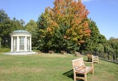 Bancs de parc ronds de belvédère et en bois Images stock