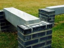 Bancs de pierre et de brique dans l'herbe images stock