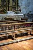 Bancs de vintage à prier à l'intérieur d'une église concept de la foi et du Re images stock