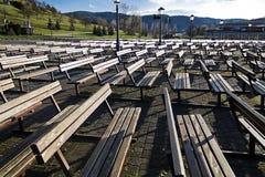 Bancs en bois au bistrica de marija photographie stock libre de droits