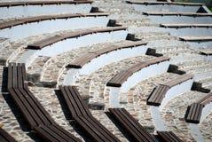 Bancs en bois d'amphithéâtre Images libres de droits