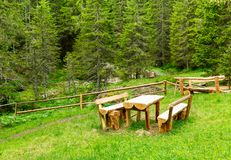Bancs en bois et table Photographie stock