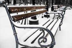 Bancs en parc avec la neige 1 Photo stock
