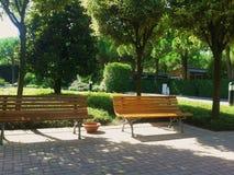 Bancs en parc, Italie Photographie stock