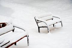 Bancs en stationnement de Moscou après la chute de neige importante Photos stock