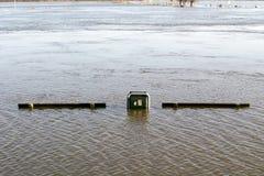 Bancs et bac à ordures noyés Image libre de droits