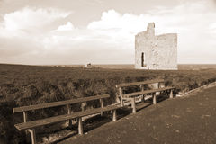 Bancs et chemin de sépia au château de Ballybunion Photo stock