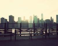 Bancs et horizon de Manhattan images stock