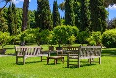Bancs et une table dans le jardin Photo stock