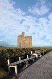 Bancs et vue de ruine de château de ballybunion Images libres de droits