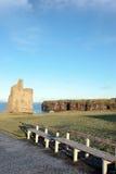 Bancs givrés et vue de ruine de château de ballybunion Photographie stock libre de droits