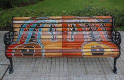 Bancs peints de Santiago dans Las Condes, Santiago de Chile Photographie stock libre de droits