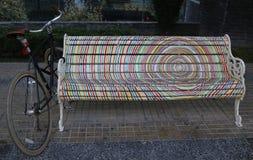 Bancs peints de Santiago dans Las Condes, Santiago de Chile Photos libres de droits