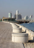 Bancs ronds attrayants le long du corniche Photo stock