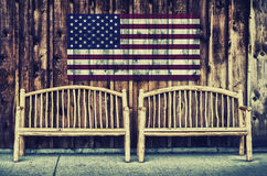 Bancs rustiques de rondin avec le drapeau des Etats-Unis - rétro Photo libre de droits