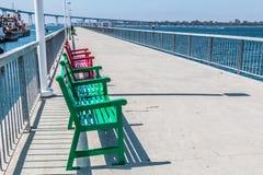Bancs sur le pilier chez Cesar Chavez Park à San Diego photographie stock libre de droits