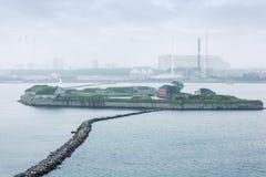 Band av gråa stenar på kust i dimma Arkivbilder