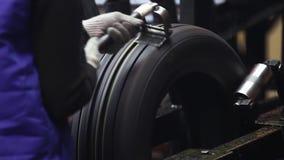 Band behandeling bij de fabriek van bovenmatig rubber stock video