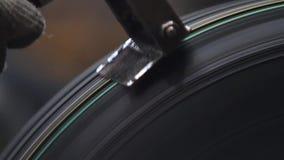 Band behandeling bij de fabriek van bovenmatig rubber stock videobeelden