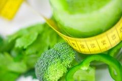 Band, broccoli, peper, selderie en glas met juic selderie Royalty-vrije Stock Foto