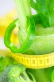 Band, broccoli, peper, selderie en glas met selderiesap Royalty-vrije Stock Afbeeldingen