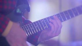 Band, das auf einer Stufe spielt Der Gitarrist spielt Solo stock video footage