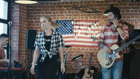 Band, das während der Wiederholung widerspricht stock footage
