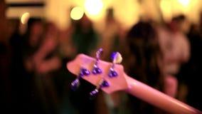 Band, die akustische Volksmusik spielen und Gesang Live stock footage