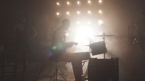 Band die een partij organiseren bij club stock video