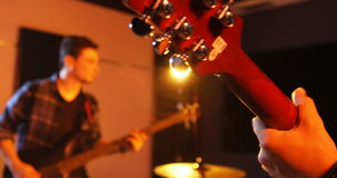 Band die in studio presteren stock video