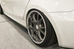 Band en legeringswiel van een moderne witte auto ter plaatse Auto buitendetails Royalty-vrije Stock Afbeelding