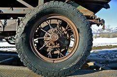 Band en wiel van een zeer Oude Vrachtwagen Royalty-vrije Stock Foto